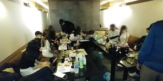 5일 오후 집합금지 명령을 어기고 영업 중이던 서울 서초구의 한 유흥주점에서 손님과 종업원들이 경찰에 단속되고 있다. 서초경찰서 제공