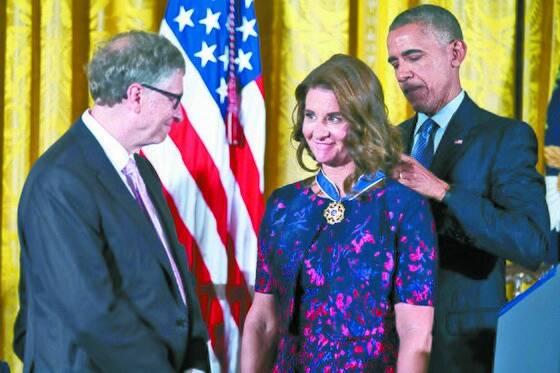 2016년 11월 버락 오바마 미국 대통령으로부터 자유의 메달을 받는 게이츠 부부. [EPA=연합뉴스]