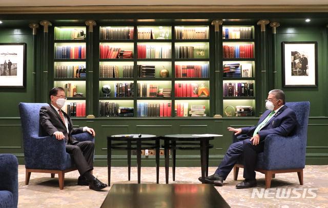정의용 외교부 장관이 4일(현지 시간) 런던 G7 외교·개발장관회의 참석 계기로 브루나이 외교장관과 회담하고 있다./사진= 외교부