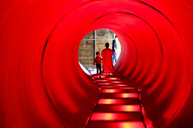 하슬라아트월드 내 인기 포토존인 현대미술관 내 설치 작품 '터널'을 관람객이 통과하고 있다. 수시로 변하는 LED 조명이 몽환적인 분위기를 연출한다.