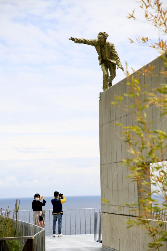 피노키오전시관에서 야외조각공원으로 가는 길은 바다를 조망하기 좋은 전망대 역할을 한다.