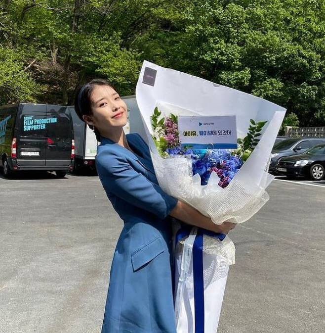Sweet Lovely.Singer IU has a bouquet of Celebratory photoshas released the book.The IU posted several photos on social media on Monday.In the photo, IU poses in various poses with bouquets in its arms. IU, dressed in blue costumes, showed off its lovely charm with a refreshing smile.The IU announced Lilac in March.PhotoIUSNSc & star. mk. co