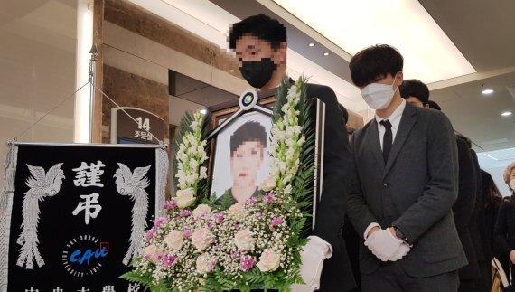 서울 반포한강공원 근처에서 실종됐다가 끝내 시신으로 발견된 의대생 손모씨의 발인식이 지난 5일 서울성모병원에서 진행되고 있다. 뉴시스 제공