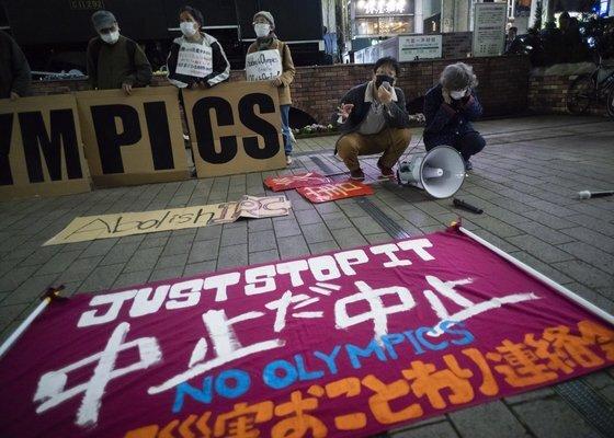 지난달 25일 도쿄올림픽에 반대하는 시민들이 시위를 하고 있다. [AP=연합뉴스]