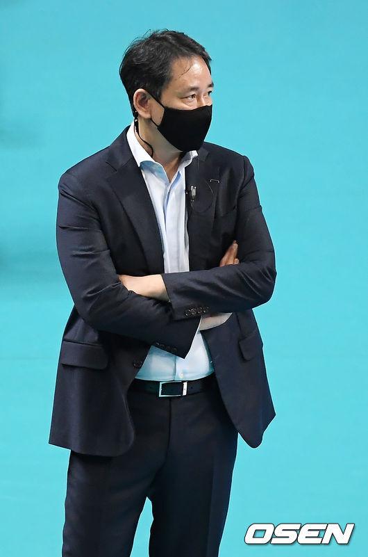 [OSEN=장충, 민경훈 기자]2세트 현대캐피탈 최태웅 감독이 경기를 주시하고 있다. / rumi@osen.co.kr