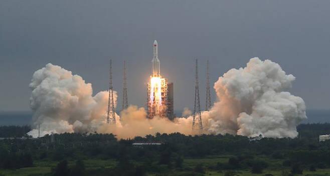 지난달 29일 중국 로켓 '창정 5호B'의 발사 장면