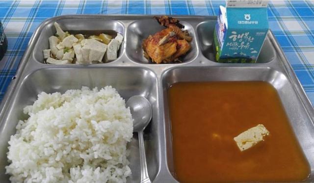 지난 2019년 한 온라인 커뮤니티에 올라온 부대 급식 식단 사진. 건더기가 부실하고 맛이 없어 이른바 '똥국'으로 불리는 군 부대의 된장국이 식판에 담겨져 있다. /사진출처=온라인커뮤니티