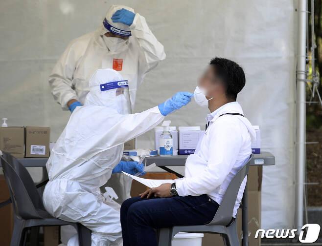 8일 울산 남구 문수축구경기장에 마련된 임시 선별검사소에서 한 시민이 신종 코로나바이러스 감염증(코로나19) 검사를 받고 있다. 2021.5.8/뉴스1 © News1 윤일지 기자