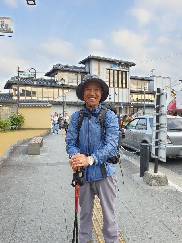 허남정 박사가 2019년 일본을 종단하다 나라현 호류지 역을 배경으로 포즈를 취했다. 허남정 박사 제공.
