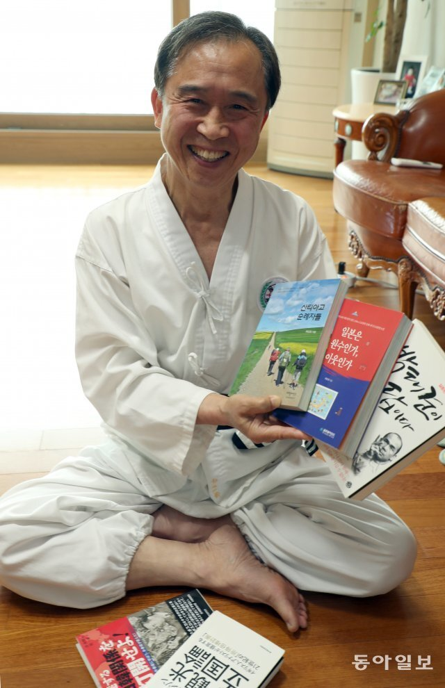 허남정 박사가 서울 송파구 잠실 자택에서 그동안 쓴 책을 보여주고 있다. 이훈구 기자 ufo@donga.com