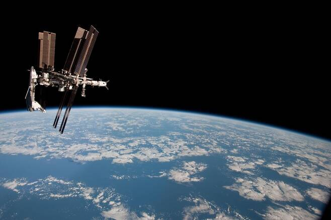 2011년 5월23일, 국제우주정거장에 미국 우주왕복선 인데버호(왼쪽)가 도킹(결합)한 모습을 러시아 우주선 소유즈호의 비행사가 촬영했다. 당시 소유즈호에는 러시아, 미국, 이탈리아의 우주비행사 3명이 탑승했다. 미국항공우주국(NASA) 누리집 갈무리