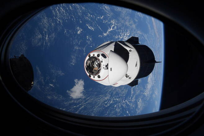 2021년 4월24일, 미국 우주기업 스페이스X의 우주선 '크루 드래건'의 탑승 캡슐인 인데버호가 우주인 4명을 태우고 국제우주정거장에 도킹하기 위해 접근하고 있다. REUTERS