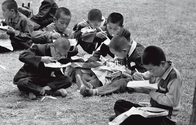 경복궁에 소풍 온 학생들이 잔디밭에 앉아 도시락을 먹고 있다. 당시 일회용 도시락은 얇은 나무와 종이로 만들었다. 1964년 [한치규 제공]