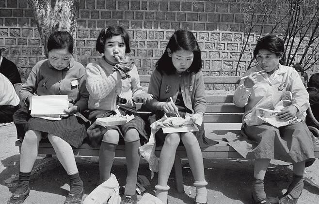 한때 창경원이라 불렸던 창경궁에서 소풍 나온 어린이들이 도시락을 먹고 있다. 1968년 [한치규 제공]