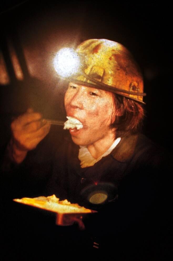 장성광업소 지하 탄광에서 고된 일을 하던 광부가 집에서 싸 온 도시락을 먹고 있다. 1985년 [연합뉴스 자료사진]