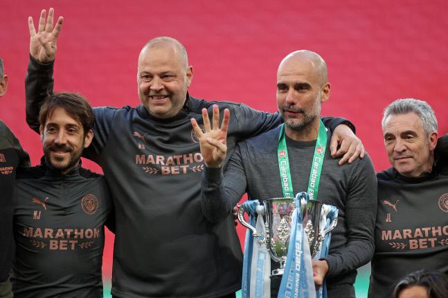 지난달 리그컵(카라바오컵) 우승 직후 트로피를 들고 웃는 펩 과르디올라(왼쪽 세 번째) 맨체스터 시티 감독. 런던 | AFP연합뉴스