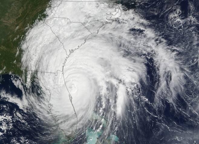 플로리다를 덮친 허리케인 매슈 위성사진. 최대풍속 시속 270킬로에 이른 5등급 초강력 열대폭풍으로 2016년 아이티와 미국 남동부 등에서 603명의 목숨을 앗아갔다. 미 항공우주국(NASA) 제공.
