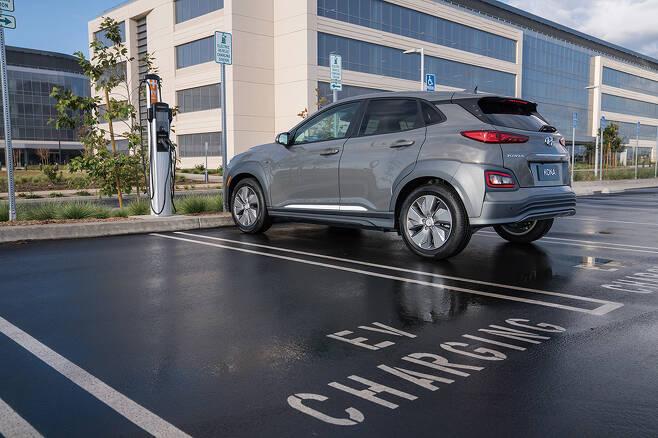 전기자동차 보급이 늘면서 전기차 충전과 관련한 이용자 불만도 커지고 있다. /사진제공=현대자동차