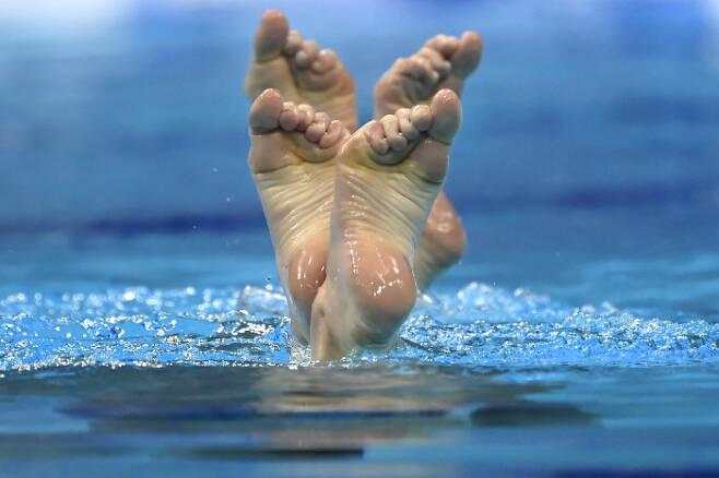 우크라이나의 마르타 피에디나와 아나스타샤 사브추크가 11일(현지시간) 열린 유럽 수영 선수권(헝가리 부다페스트) 아티스틱 스위밍 듀엣 프리 루틴 예선에서 연기를 펼치고 있다. AP|연합뉴스