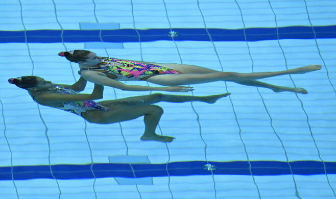 Maria Beatriz Goncalves 와 Cheila Vieira가 11일(현지시간) 열린 유럽 수영 선수권(헝가리 부다페스트) 아티스틱 스위밍 듀엣 프리 루틴 예선에서 연기를 펼치고 있다. EPA 연합뉴스