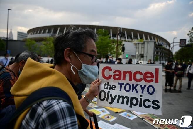 9일 도쿄 신주쿠 국립경기장에서 도쿄올림픽의 중단을 요구하는 시위가 열리고 있다. © AFP=뉴스1