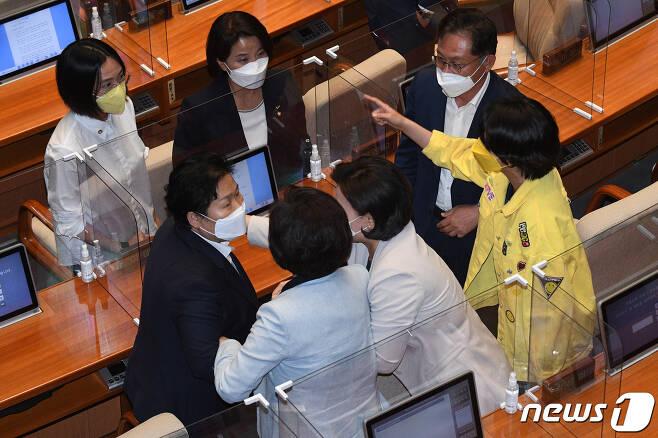 문정복 더불어민주당 의원과 류호정 정의당 의원이 13일 오후 서울 여의도 국회에서 배진교 의원의 박준영 해수부 장관 후보자 관련 발언에 언쟁을 벌이고 있다. 2021.5.13/뉴스1 © News1 이동해 기자