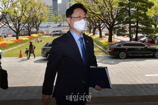 박범계 법무부 장관이 지난달 29일 오전 경기 과천시 정부과천청사 법무부로 출근하고 있다. ⓒ데일리안 류영주 기자