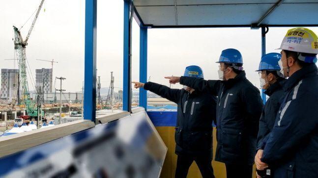 이재용 삼성전자 부회장(오른쪽에서 세 번째)이 지난 1월 4일 임직원들과 함께 경기도 평택 3공장 건설현장을 점검하고 있다.ⓒ삼성전자