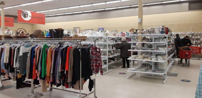 밸류빌리지는 '없는 것이 없는' 중고 생활용품 백화점이다. 이곳에서 '앤틱'을 구하는 사람들도 있고, 실생활에 필요한 각종 물품을 찾는 이들도 많다.