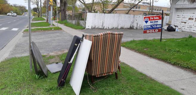 물건을 집 앞에 이렇게 내놓으면 필요한 사람들이 가져가거나, 쓰레기차가 수거해 간다.  대부분 오랫동안 사용하던 것들이다. 이사 갈 때는 필요없는 물건을 이렇게 버리는 경우가 많다.