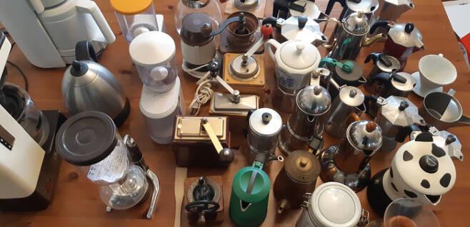 여러 중고 '세일'에서 사 모은 각종 커피기구들. 오랫동안 중고를 모으고 사용하는 재미를 누렸다. 요즘에는 주변에 나눠주는 재미를 찾는 중이다.