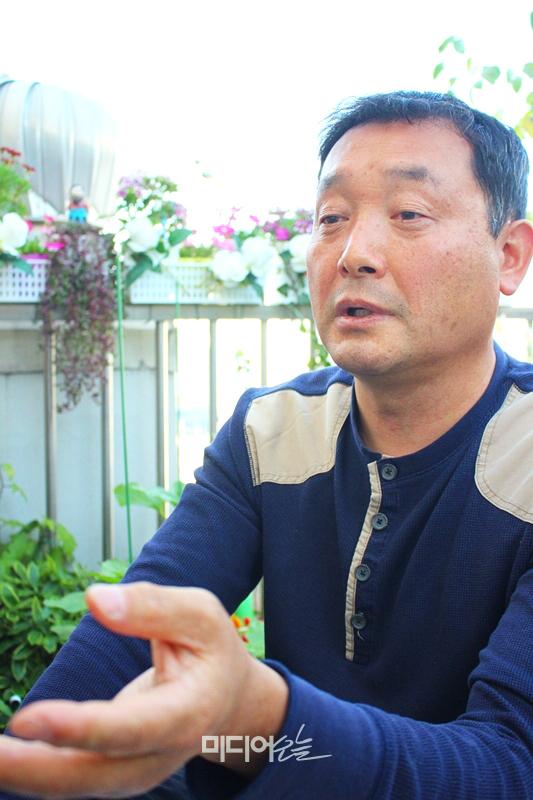 ▲ 정락인 기자가 지난 12일 서울 강서구에 위치한 그의 자택에서 미디어오늘과 인터뷰하고 있다. 사진=김도연 기자