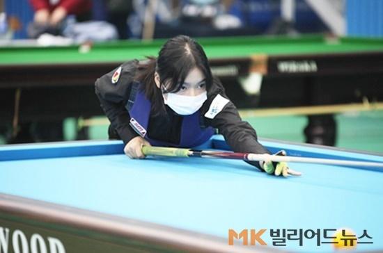 한지은이 국토정중앙배 우승으로 국내여자 랭킹 1위에 올랐다. 준우승 이신영도 6위에서 4계단 상승한 2위에 자리 잡았다. 국토정중앙배 예선 경기를 하고 있는 한지은.