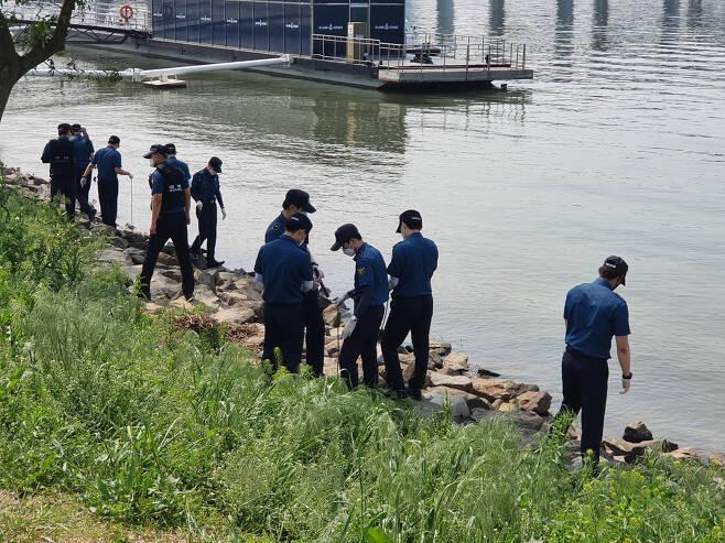 지난 13일 서울시 서초구 반포한강공원에서 경찰들이 수색 작업을 벌이고 있다. 김지헌 기자/raw@heraldcorp.com