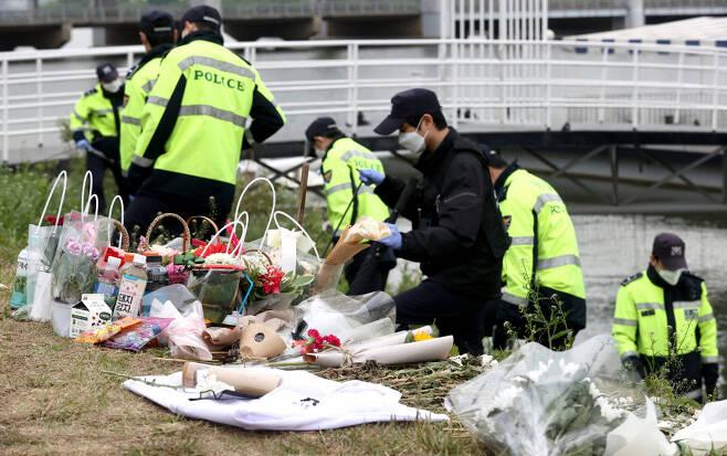 지난 10일 서울 반포한강공원 수상택시 승강장 인근에서 경찰이 故 손정민 씨 친구의 휴대폰을 수색하고 있다. ⓒ연합뉴스
