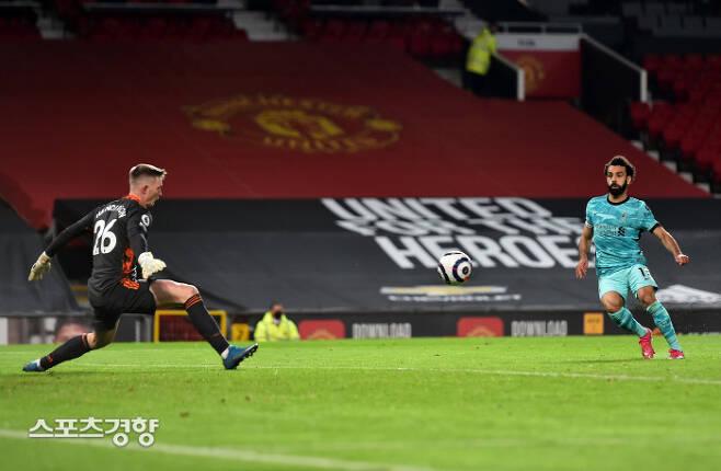 리버풀의 무함마드 살라흐(오른쪽)가 14일 영국 맨체스터의 올드 트래퍼드에서 열린 맨체스터 유나이티드와의 잉글랜드 프리미어리그 34라운드 순연경기 후반 막판 쐐기골을 터뜨리고 있다. 게티이미지코리아