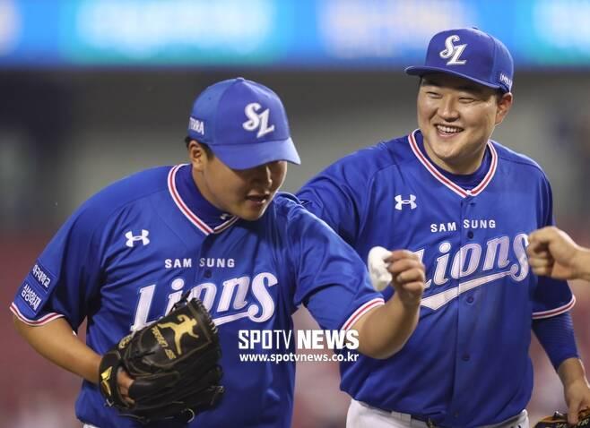 ▲ 삼성 슈퍼루키 이승현(왼쪽)이 14일 잠실 LG전에서 1이닝 2K 무실점으로 역투한 뒤 선배 오재일의 축하를 받고 있다. 오재일도 놀란 표정이다. ⓒ점실, 곽혜미 기자