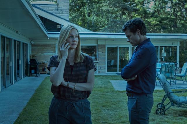 마티와 웬디 부부는 마약카르텔의 임무를 수행하기에 한적한 시골지역으로 급작스레 이사하게 된다. 넷플릭스 제공