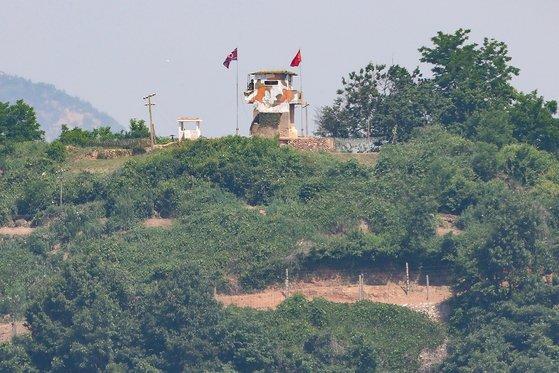 2020년 6월 북한이 남북 간 모든 통신연락 채널을 완전히 폐기한다고 밝힌 9일 경기도 파주시 접경지역에서 바라본 북한 초소에서 북한군이 남측을 바라보고 있다. 연합뉴스