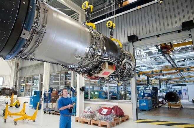 라팔 전투기에 탑재되는 M88 엔진을 사프란 엔지니어가 살펴보고 있다. 사프란 제공