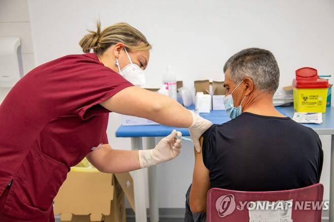이탈리아 남부 마테라의 백신접종센터에서 한 남성이 코로나19 백신을 맞는 모습. 2021.5.8. [EPA=연합뉴스]