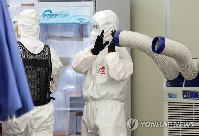 서울 송파구 선별진료소에서 더위와 싸우는 의료진 [연합뉴스 자료사진]