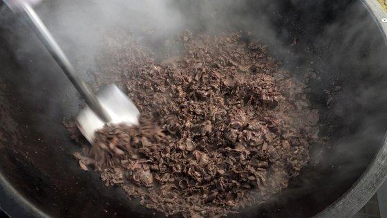 볶음 요리는 대형 솥에 올린 식자재가 타지 않도록 빠르게 섞어줘야 한다. 삽을 쓸 정도로 양이 많고 꽤 무거워 체력과 기술이 필요했다. 가까이 다가서면 뜨거운 열기에 부상 위험도 있다. [중앙포토]