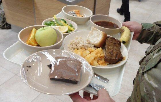 미군 병사 식당에서 밥ㆍ감자ㆍ빵ㆍ스테이크를 맛봤다. 5달러 40센트(약 6500원) 현금을 내고 쿠폰을 구매했다. [중앙포토]
