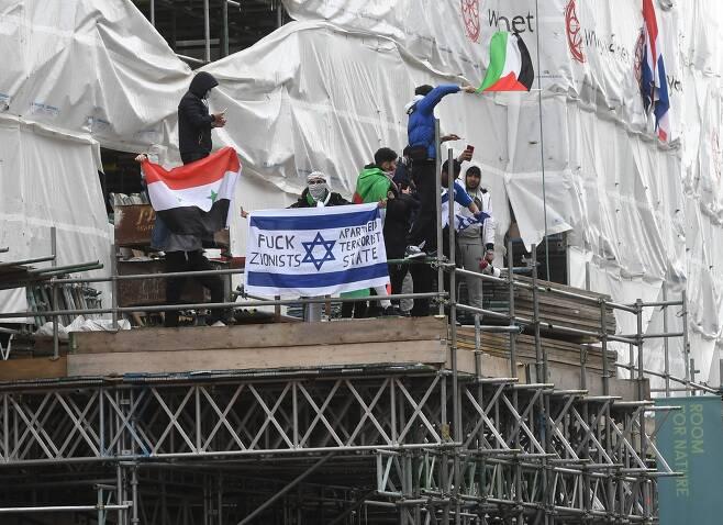 영국 런던 시민이 15일 이스라엘 대사관 근처에서 팔레스타인 지지 시위를 벌이고 있다. EPA=연합뉴스
