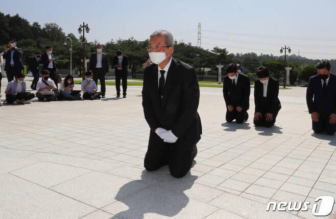 김종인 미래통합당 비상대책위원장이 지난달 8월19일 오전 광주 북구 국립5·18민주묘지에서 무릎 꿇고 참배하고 있다. /사진=뉴스1