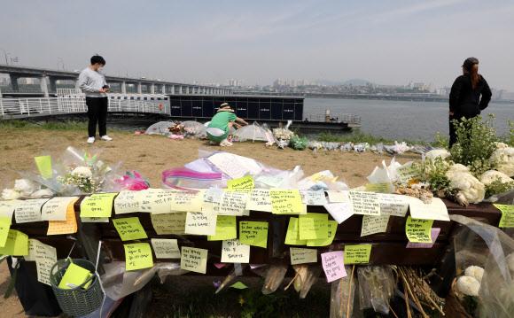 지난 14일 오전 서울 서초구 반포한강공원 수상택시 승강장 인근에 故 손정민씨를 추모하는 꽃과 메모가 놓여있다. 뉴스1