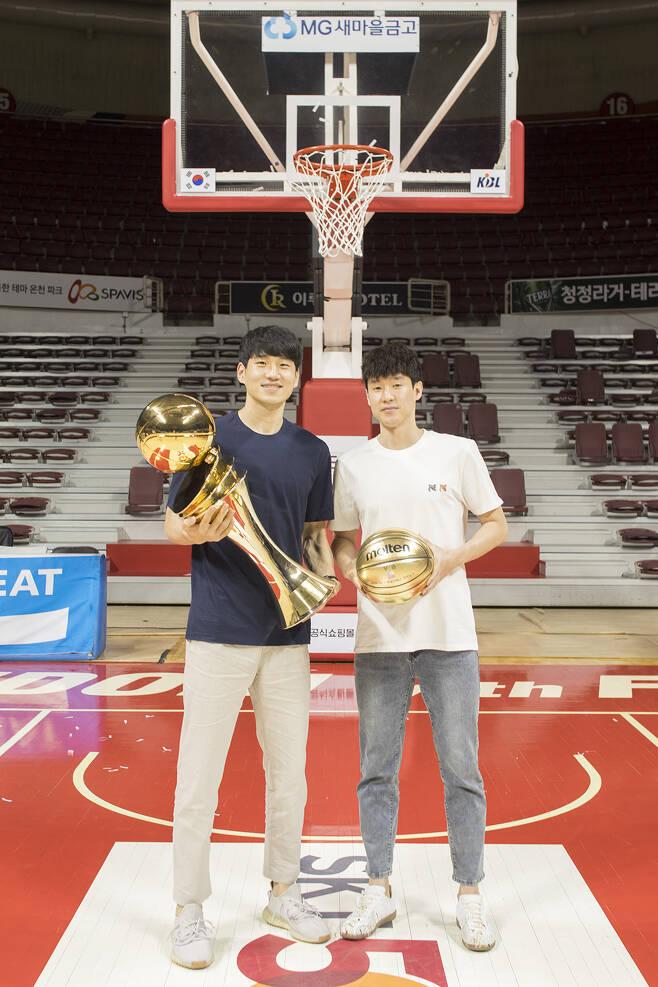 우승 트로피와 기념공을 들고 농구골대 앞에 선 문성곤과 전성현. 안양 류재민 기자 phoem@seoul.co.kr