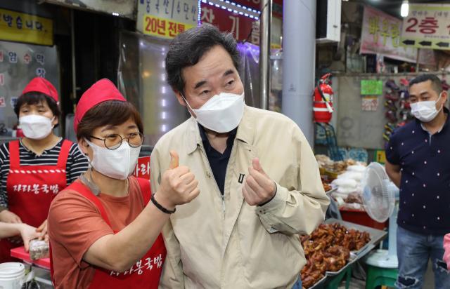 더불어민주당 대권 주자인 이낙연 전 대표가 지난 14일 광주 북구 말바우시장에서 상인과 시민들을 만나고 있다. /광주=연합뉴스