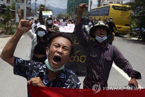'쿠데타 반대' 절규하는 미얀마 시위대 (만달레이 EPA=연합뉴스) 미얀마의 지방 도시 만달레이에서 지난 13일 시위대가 거리를 행진하며 군부 쿠데타를 규탄하는 구호를 외치고 있다. jsmoon@yna.co.kr